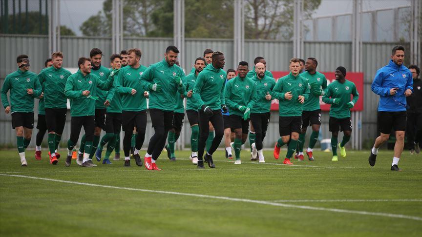 Bursaspor'un genç savunmacısı için 4 takım devrede
