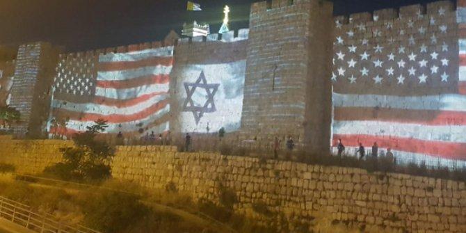 Tarihi surlara ABD ve İsrail bayrakları yansıtıldı!