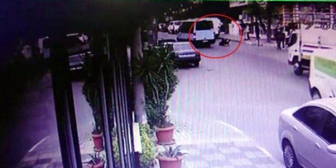 Genç kız İstanbul'da kapısı açık minibüsten yola düştü