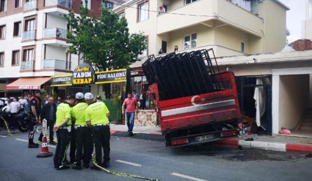 Sultanbeyli'de feci kaza! Kamyon dükkana girdi