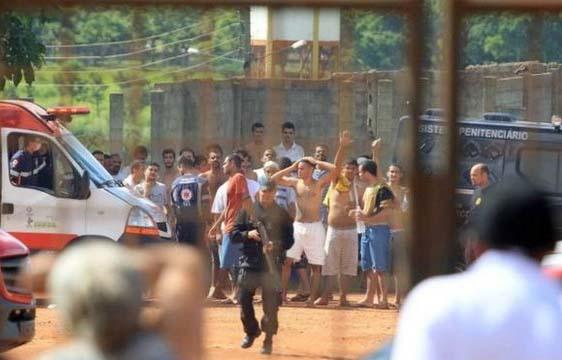 Brezilya'da mahkumlar birbirine girdi: 15 ölü