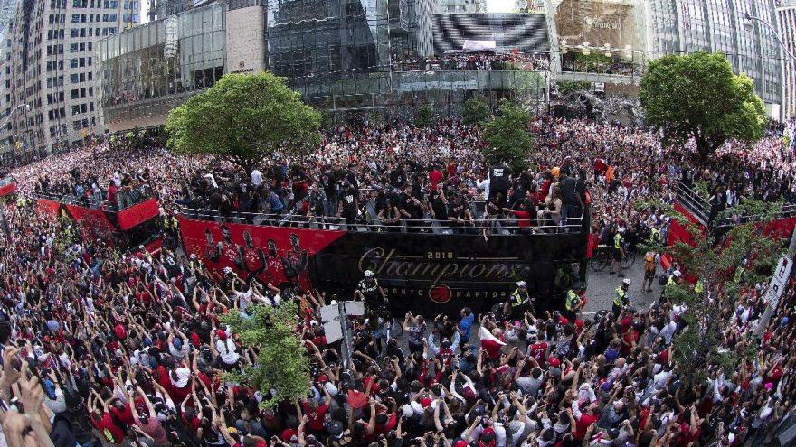 Toronto'da Şampiyonluk kutlamalarına gölge düştü! Kalabalığa ateş açıldı...
