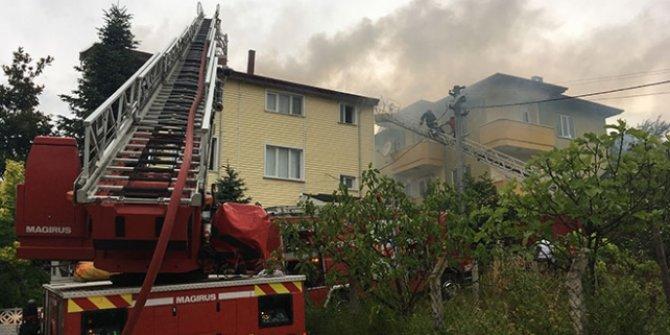 Çatısına yıldırım düşen evde yangın çıktı