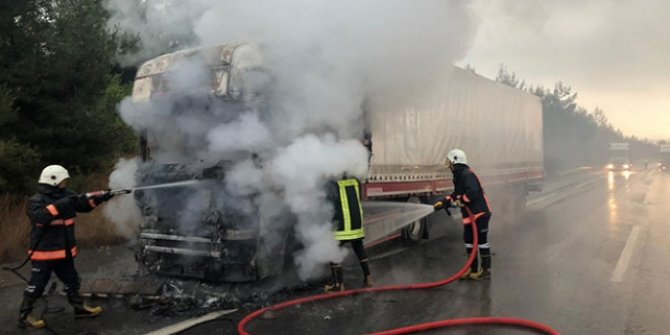 Seyir halindeyken yanan tır kullanılamaz hale geldi