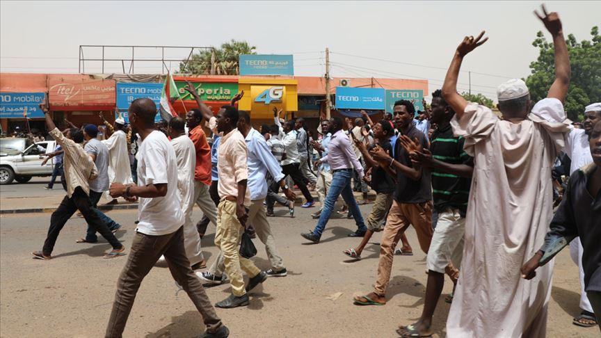 Sudan'da binlerce eylemci sivil yönetim talebiyle sokaklara indi