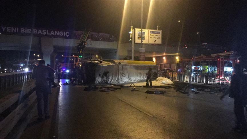 Avcılar'da akaryakıt yüklü tanker devrildi: 1 yaralı