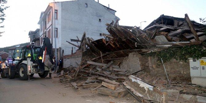 3 katlı tarihi ahşap bina çöktü!
