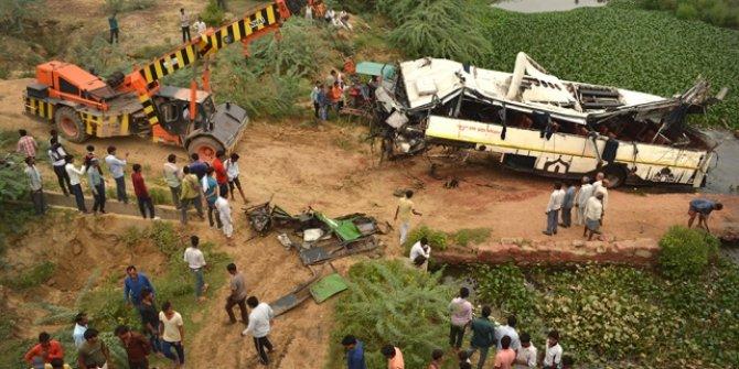 Yeni Delhi'ye hareket eden otobüs kanala düştü: 29 ölü, 18 yaralı
