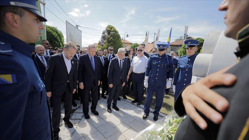 Cumhurbaşkanı Erdoğan Aliya İzzetbegoviç'in kabrini ziyaret etti