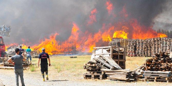 Manisa'da palet fabrikasında korkutan yangın!