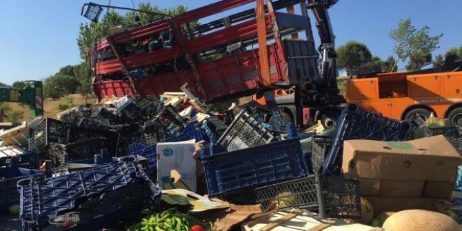 Kamyon devrildi: Tonlarca meyve ve sebze yolla döküldü