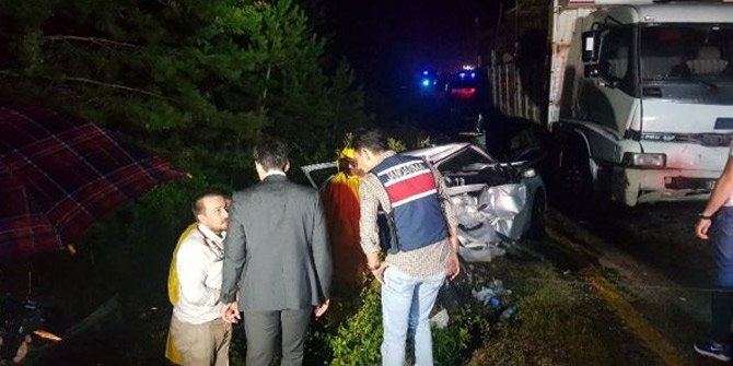 Otomobilde sıkışan 2 ceset 1 saatte çıkarıldı
