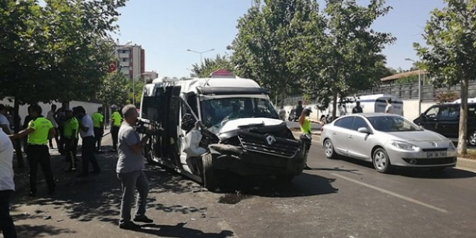 Yolcu minibüsü traktöre çarptı: 15 yaralı
