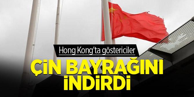 Hong Kong'ta göstericiler Çin bayrağını indirdi