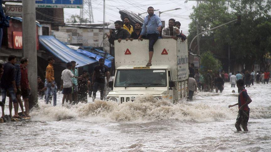Hindistan'da yaşanan seller 350 can aldı