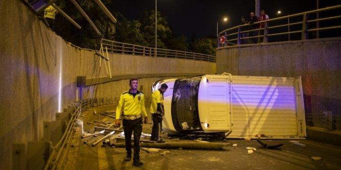 Başkentte bariyerlere çarpan kamyonet alt geçide düştü