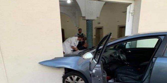 Fransa'da camiye araçlı saldırı
