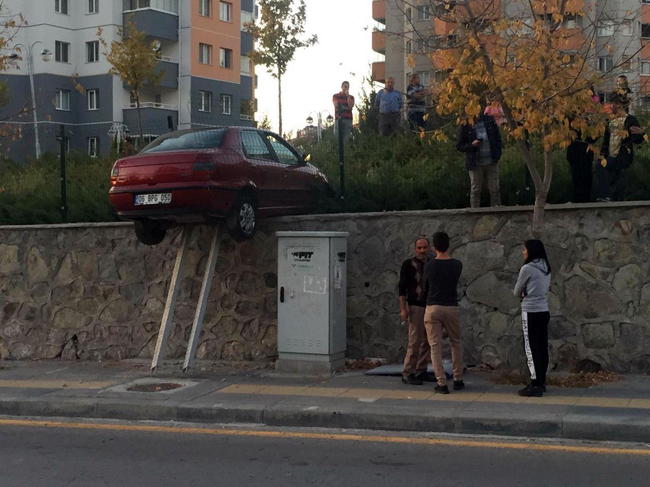 Ankara'da akılalmaz kaza! Duvarda asılı kaldı