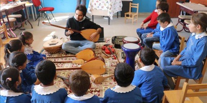 Köy Çocuklarına Müzik Enstrümanlarını Tanıtıyor