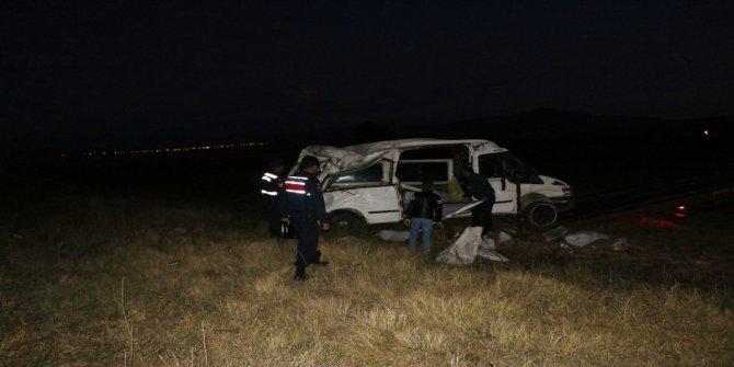 Niğde'de işçileri taşıyan minibüs kaza yaptı