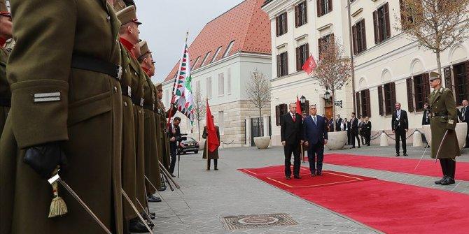 Erdoğan Macaristan'da resmi törenle karşılandı