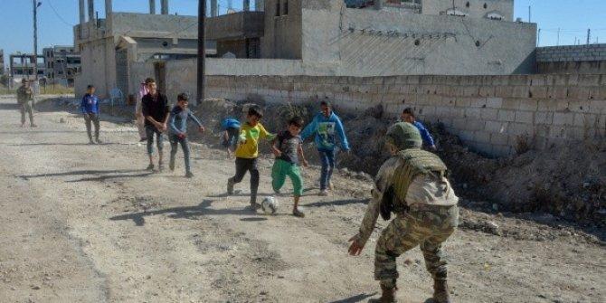 Mehmetçik Suriyeli çocuklarla futbol maçı yaptı