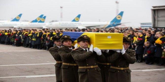 Tahran'da uçakta ölenler Ukrayna'ya teslim etti
