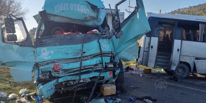 İzmir'de kamyonla servis minibüsünün çarpışması sonucu 4 kişi öldü