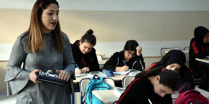 Görme engelli Nefise öğretmen öğrencilerinin dünyasını aydınlatıyor