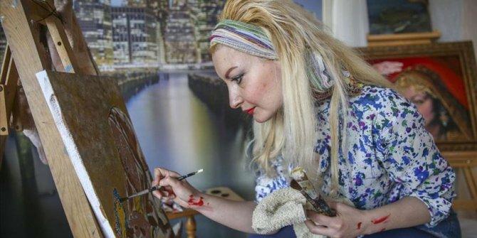 Evindeki atölyesinde yaptığı resimlerle 'kadına şiddeti' anlattı