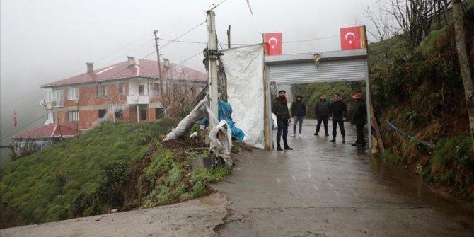 Koronavirüsten korunmak için mahalle yolunu kepenkle kapatarak önlem aldılar