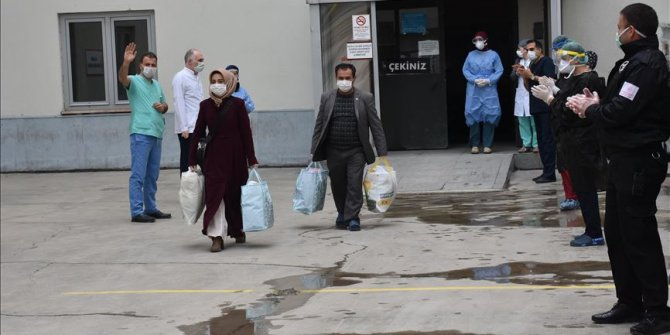 Erzurum'da koronavirüs tedavisi gören 20 kişi hastaneden alkışlarla taburcu edildi