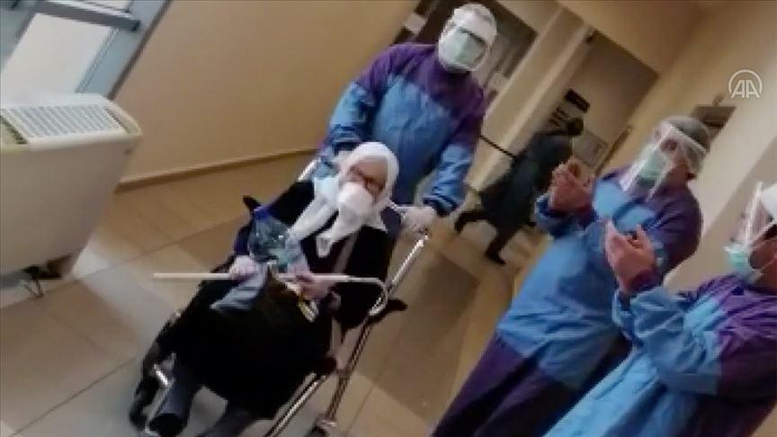 75 yaşındaki kadın koronavirüsü yenerek alkışlarla taburcu edildi