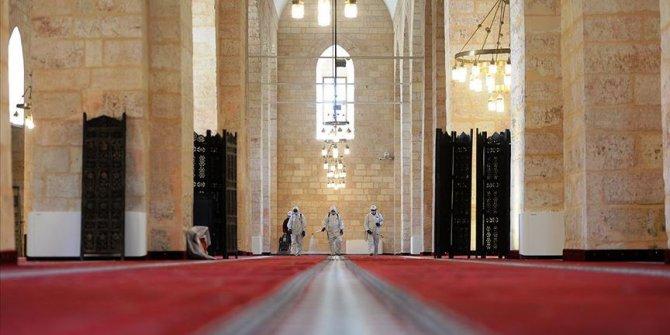 Mardin'de 800 yıllık tarihi camide ibadet öncesi temizlik ve dezenfekte çalışması yapıldı