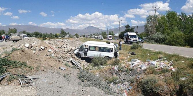 Van'da minibüs şarampole devrildi: 14 yaralı