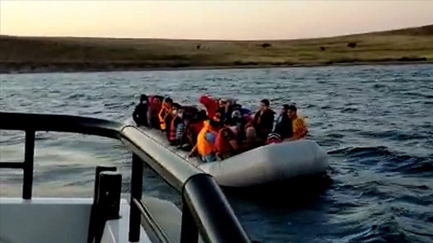 Ayvalık açıklarında Türk kara sularına itilen 40 sığınmacı kurtarıldı