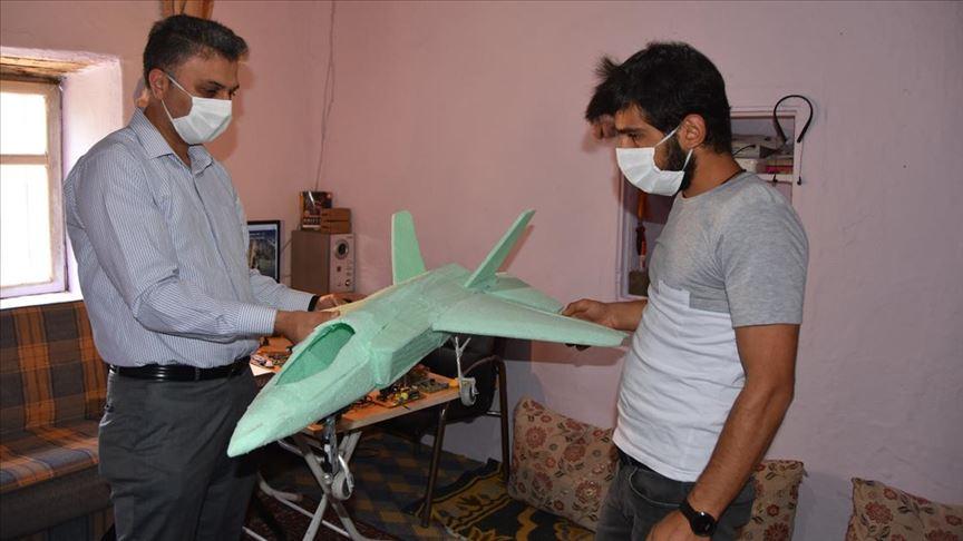 Hakkari'de atıl malzemeden maket uçak yapan genç TEKNOFEST'e davet edildi