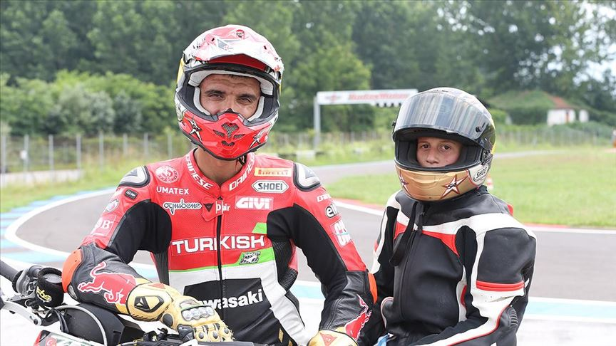 Kenan Sofuoğlu bisikletini 'motorsuz motosiklete' dönüştüren çocukla buluştu