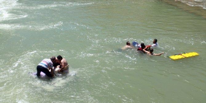 Çoruh Nehri'ne cip devrildi