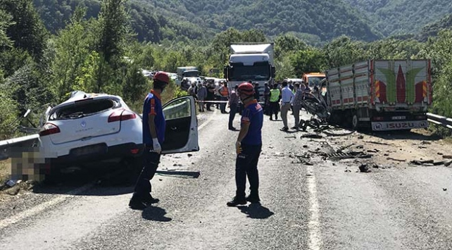 Kamyon ile otomobil çarpıştı: 2 ölü, 3 yaralı