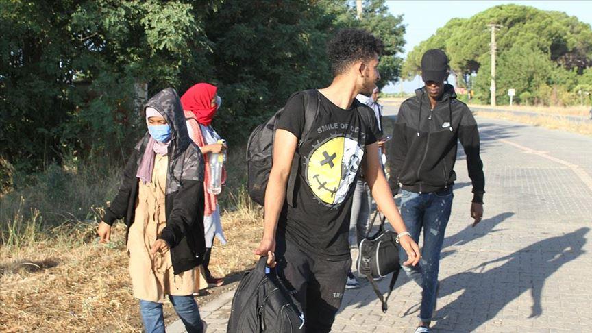 Balıkesir'de Türk kara sularına itilen 43 sığınmacı kurtarıldı