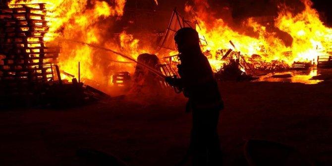 Kocaeli'de ahşap palet fabrikasının imalathane bölümünde yangın