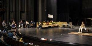'Selvi Boylum Al Yazmalım' Devlet Tiyatroları sahnesinde