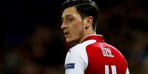 Mesut Özil Arsenal'ın kadrosunda yer almamanın üzüntüsünü yaşıyor