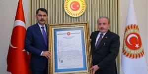 Bakan Kurum, TBMM Başkanı Şentop'a Gazi Meclis'in tapusunu takdim etti