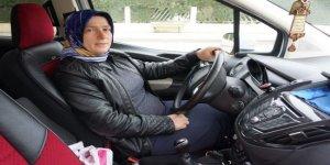 Sakarya'nın tek kadın taksi şoförü ekmek parası için direksiyon sallıyor