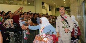 Diyarbakır'da ilk hac kafilesi güllerle karşılandı