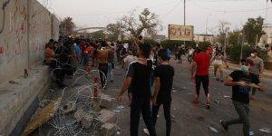 Göstericiler İran'ın Basra Başkonsolosluğunu basarak, ateşe verdi!