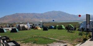 Van Gölü sahilinde oluşturulan kamp ve karavan merkezi hizmette
