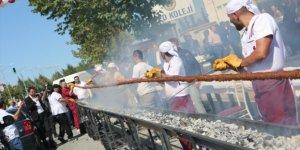 19 metre uzunluğunda Adana kebabı 15 dakika içerisinde tükettiler...